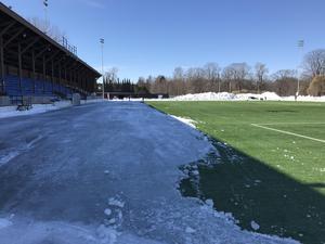 Större delen av Strömvallen är nu snö- och isfri, men långsidan som alltid ligger i skugga måste det till specialbehandling för att få ordning på.
