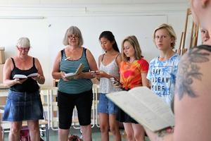 Monika Svanberg, Inga Svanberg, Emma Arvidsson, Elsa Lundgren och Efraim Melander Wiksten övar tillsammans på en ny låt.