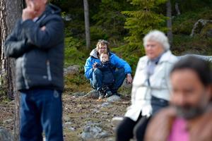 Daniel Decker kollade kottar och väntar på att brasan ska tändas tillsammans med sin son Kalle.