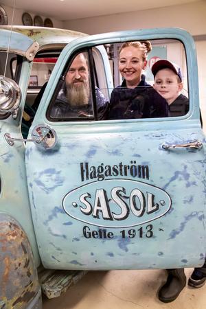 Patrick, Jenny och Theo Lundgren brukar ibland ta sig en tur i Sasol-bilen.