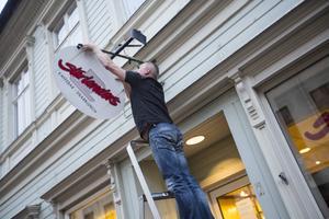 Per Starlander tog själv ner skylten på Prästgatan under måndagen.