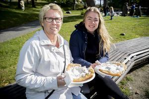 Mari Häggqvist och dottern Josefine Nyberg slog sig ner i solskenet med var sin langos.