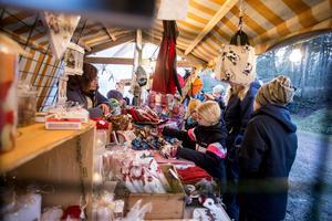 Det var många julsaker i stånden på julmarknaden på Skantzen i Hallstahammar. Foto: Lennye Osbeck