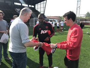 Andy Cole skriver autografer.