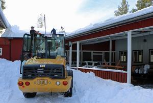 En rad företagare i Sveg gav sig ut på en räddningsaktion och skottade snö från taken på Storön under onsdagsförmiddagen.
