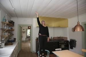 """""""På nedervåningen har vi bland annat rivit fem lager tak för att komma ner, eller snarare upp, till ursprungstaken"""", berättar Stina Stenberg."""