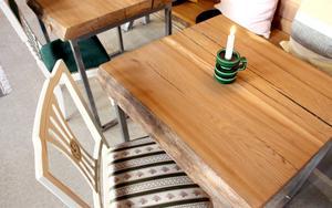 Kaféborden till Bodins bageri tillverkades av alm från Älvkarleby.