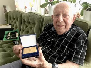 Efter 50 år som aktiv kyrkosångare fick han en medalj av kyrkosångförbundet år 2000.