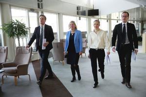 Januaripartiernas ekonomisk-politiska talespersoner Emil Källström (C), finansminister Magdalena Andersson, Karolina Skog (MP), och Mats Persson (L) kom med en halv sanning.