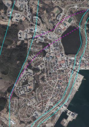 Kartbilden visar det nya utredningsförslaget med en ny korridor för dubbelspår förbi Hudiksvall. Förslaget om den nya korridoren går mellan de lila streckade linjerna. De turkosa linjerna markerar de tidigare förslagen om östra och västra korridorerna.