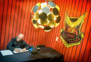 Stewart Houston studerar startelvorna inför ÖFK:s match i svenska cupen.