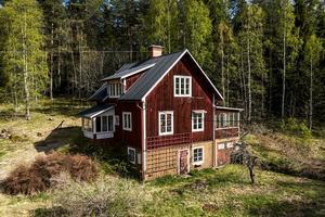 Tvåplansvilla med källare om 100 kvadratmeter med ett fritidshus på tomten. Foto: Jona Granath