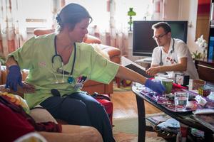 Mobilt vårdteam i Falun. Läkare Daniel Kapka och sjuksköterska Ulrika Knies hemma hos en patient.