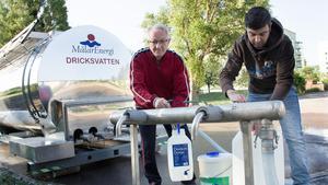Rolf Johansson och Ralph Strongberg hämtar vatten efter läckan på Polstjärnegatan.