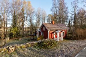 En röd stuga med vita knutar för 195 000 kronor i Södra Folkavi.  Foto: Mäklarhuset.