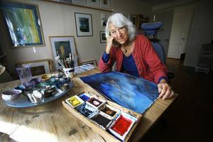 Med penseln i hand fann Karin Liungman ofta glädjen. Efter en tids sjukdom återupptog hon målandet 2013. Foto: Anders Sjöberg