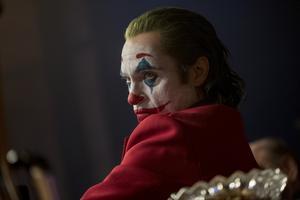 Jokern tar sig allt tydligare form ju större mörkret blir inom Arthur Fleck (Joaquin Phoenix) i