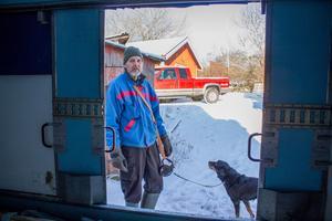 Torbjörn Eriksson och hunden Zeb var ute på sin eftermiddagspromenad när de plötsligt fick rycka in och hjälpa mannen ut ur containern.