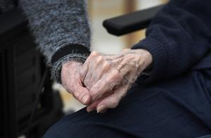 Genrebild. Undersköterska i Malung-Sälens kommun vittnar om orimliga förhållanden inom äldreomsorgen. Foto: Janerik Henriksson/TT