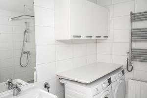 Badrummen är utrustade med tvättmaskin, torktumlare och uppvärmd handdukstork.