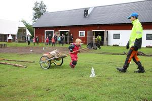 Aron drog käpphäst-vagnen med vägledning av Anders.