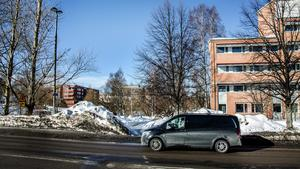 På Norrmalm-sidan kommer trafiken att ledas om efter rondellen vid Idrottsparken strax före nuvarande Storbron, alldeles i hörnet av huset där bland annat ST och Arbetsförmedlingen huserar. Den som kommer körande från Skolhusallén får svänga av mot Storgatan och ta sig ner till Ågatan.