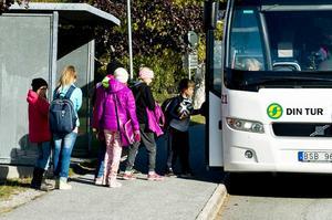 Villkoren för barns bussåkande skiljer sig åt i länet. Några kommuner erbjuder gratis bussresor medan barn och unga på andra orter tvingas betala.