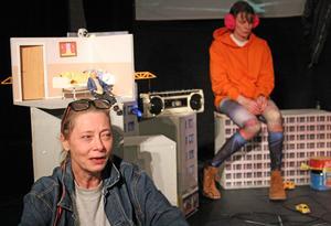 Mikaela Hagelberg spelar mamman Sima som både försöker hantera sin egen och sin dotter Anouks sorg när hennes pappa ligger döende.