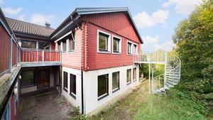 Huset på Sänkevägen i Ösmo som nu är till salu har tidigare varit både flyktingboende och vårdboende. Foto: HusmanHagberg