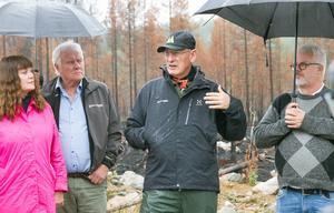 Mellanskogs vd Sture Karlsson samt ordförande Karin Persers fanns med när skogsägareföreningens styrelse besökte den brandskadade skogen.