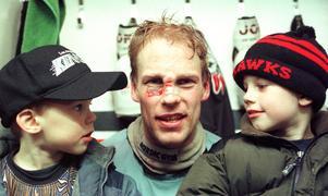 Mikael Lindholm med sönerna Elias och Oliver efter en till synes blodig match i Malmö tio år efter NHL-karriären. Arkivbild: Bildbyrån