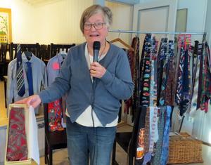 Britt-Marie Kåks visar en ouppackad slips inköpt i New York. Foto: Walters Börje Edénius