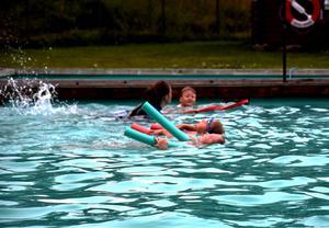 Lek och lärande kombineras vid simskolan i Koppelhällan.