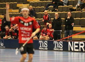 """Emil Ruud på bänken, bredvid Örebro Innebandys tränarduo Jonas """"Silen"""" Eriksson och Kenneth Ruud."""