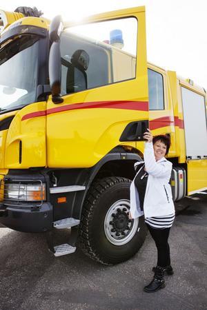 Redo att ratta flygplatsens splirrans nya superbrandbil, en tysk Rosenbauer Scania med vattenkanoner.