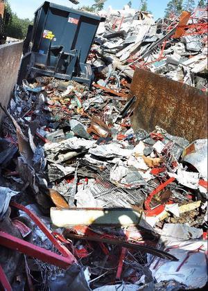 Vitsen med sammanpressningen är att metallen skall bli hantering inför transport till återvinning.