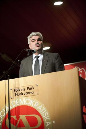 Hård motvind. Håkan Juholt åker runt och träffar medlemmar, men väljarna flyr Socialdemokraterna.