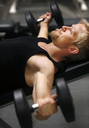 Under tävlingssäsongen tar curlingträningen över, men Niklas Edin klämmer in flertalet fyspass i veckan – och sommartid säger han att han kan fysträna så mycket som 20 timmar i veckan.