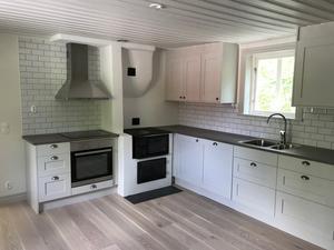 Köket i huvudbyggnaden är modernt.
