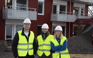 Robin Rusk, projektledare, Alexander Montgomery, fastighetschef och Malin Arnbom, informationsansvarig, samlade utanför det nybyggda höghuset på Bryggargatan i Timrå.