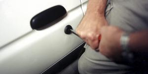 En av bilarna, den som hittades igen hade skador på låset på förardörren efter att någon brutit sig in i bilen.