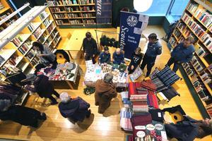 Scouter och hantverk fick också plats bland böckerna i Kumla bibliotek under söndagens julmarknad.