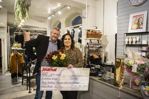 Marie Svedberg tillsammans med Hemmets Journals chefredaktör Håkan Ström som delade ut priset på tisdagen.