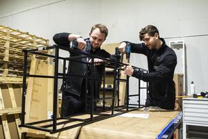 Inför öppningen har Bollnäsbutiken tagit hjälp av personalstyrkan på Mio i Hudiksvall. Här skruvar Jonas Jonsson och Anders Fridlund ihop ett visningsexemplar.