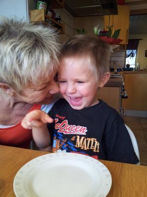 Att förklara för sönerna vad som hänt med mormor har inte varit lätt för Tiina Liedes och skett gradvis. Men idag, när de har blivit äldre, vet de exakt vad som hände och varför Tuula Lavikkala försvann. Foto: Privat