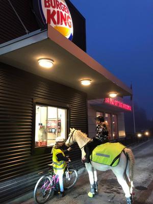 Felizia och hennes kompis på besök på Burger king i Järna i början av 2019. Foto: Privat