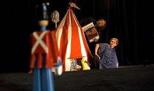 """Teater Sláva visar """"Liten föreställning"""". På bild syns skådespelarna Lars Brinck och Viktoria Siwek. Och dockorna såklart. Foto: Daniel Rudholm"""