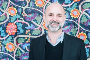 Thommy Bindefeld, marknadschef för Svenskt Tenn, har själv kuddar hemma med det slingriga mönstret Mirakel.