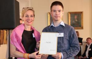 Sergey Redyuk tar emot diplomet av Camilla Mellander, chef för Enheten för främjande och hållbart företagande, på Utrikesdepartementet.