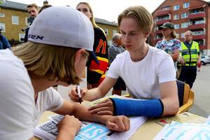 Lukas Elfvén valde att få autografen från Elias Pettersson på armen ...